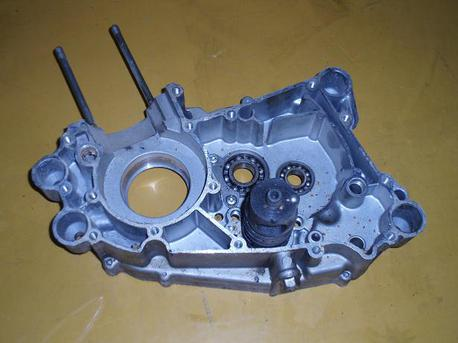 Kawasaki AR125, moottorin keskilohko, oikea